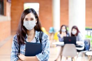 Partout dans le monde, les cliniciens ont noté que les enfants et les jeunes présentent des symptômes plus légers et évoluent plus rarement vers des complications respiratoires mortelles, mais pourquoi ? (Visuel Adobe Stock 348943868)