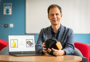 Les patients sont invités à visionner une série d'images clignotantes sur un ordinateur pendant 2 minutes, alors que leurs ondes cérébrales sont mesurées par EEG (Visuel University of Bath)