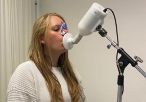"""Les nez électroniques ont déjà été développés dans plusieurs applications, notamment la détection des infections nosocomiales et de certains cancers (Visuel Nynke Wijbenga) fait la démonstration de """"son"""" eNose"""