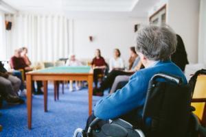 Les maisons de retraite ou EHPADs doivent rester vigilantes face à l'épidémie de COVID-19, même si leurs résidents ont reçu les 2 doses du vaccin (Visuel Fotolia 113621316))