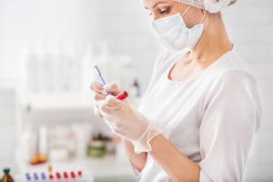 C'est un test sanguin de recherche de tau, une protéine caractéristique de la maladie d'Alzheimer, en cours de développement, qui pourrait révolutionner le dépistage de la maladie d'Alzheimer