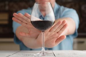 Ne pas boire d'alcool du tout est associé à plus de congés de maladie qu'une consommation modérée.