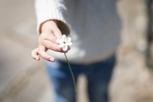 Une sous-estimation de la valeur et de l'évidence des actions prosociales, telles que remercier ou exprimer sa reconnaissance, constitue un frein certain à de tels comportements pro-sociaux