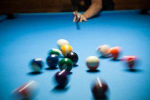 . La recherche explique pourquoi la pratique, l'expérience, bref l'entrainement sont nécessaires pour améliorer les compétences motrices et pourquoi les erreurs motrices diminuent au fil de l'apprentissage.