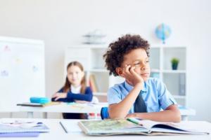 C'est l'image de l'écolier en avance sur ses pairs, rêveur durant la classe...