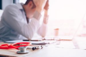 Le bien-être des médecins s'améliore, même si le risque d'épuisement professionnel reste stable.