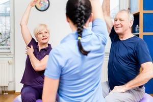 La pratique d'une activité physique pendant le traitement et lors de la phase de récupération entraîne aussi des bénéfiques pour le patient âgé