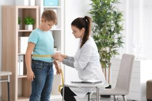 La taille, un marqueur complémentaire à l'enfance du risque d'obésité plus tard dans la vie (Visuel Fotolia_185047837_XS)