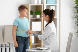 Avec les bénéfices de mieux en mieux documentés de la chirurgie de l'obésité ou chirurgie bariatrique, se pose la question des interventions précoces, dès l'adolescence, en cas d'obésité morbide (Visuel Fotolia 185047841)