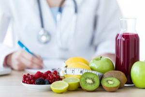 De nombreuses études ont déjà documenté la restriction calorique comme l'une des interventions les plus puissantes pour ralentir le vieillissement physiologique et cognitif.