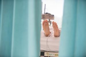 Les rideaux de protection et d'isolement dans les hôpitaux se révèlent un support à risque particulièrement élevé de contamination croisée