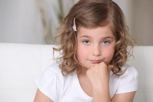 Les enfants critiqués deviennent moins sensibles aux expressions d'émotions