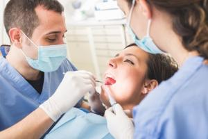 Les dentistes ont « bien » travaillé durant cette épidémie de COVID-19 car bien que supposés être en première ligne d'exposition au virus et donc à haut risque de COVID-19, moins d'1% des dentistes se révèlent positifs au COVID-19 (Fotolia 77825039)