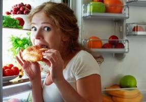 Les apports alimentaires élevés du soir, juste avant d'aller dormir sont bien associés à un IMC accru