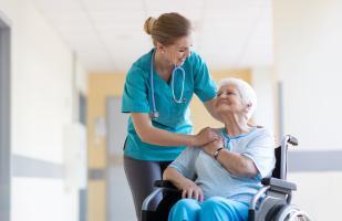Une formation spécialisée permet de réduire les risques de chute, de complications et d'hospitalisation des patients âgés.