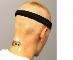 Le sujet porte une électronique sans fil flexible adaptée à la nuque, avec des électrodes maintenues par un bandeau en tissu et une électrode à nano-membrane sur la mastoïde connectées entre elles par de micro-câbles