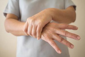 Le candidat médicament réduit les mouvements involontaires ou dyskinésies, un effet secondaire courant des traitements.