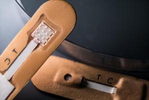 Ce test de détection du paludisme se présente sous la forme d'un patch et ses microaiguilles permettent de collecter le liquide interstitiel de la peau (Visuel Jeff Fitlow/Rice University)