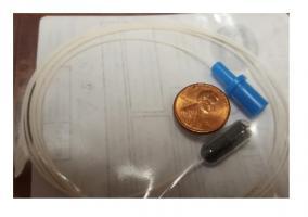 Il s'agit tout simplement d'une minuscule capsule de gélatine, d'une ficelle et d'une éponge de 2 centimètres
