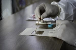 La détection du virus sur les surfaces testées dans des zones de soins ambulatoires et hospitalières reste extrêmement faible  (Visuel Adobe Stock 358274960)