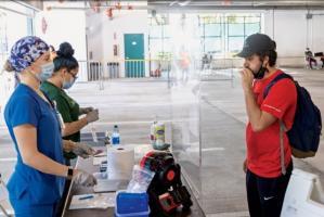 Depuis mai 2021, les conducteurs qui passent par le poste de contrôle du port de Tuas doivent respirer dans un embout buccal de la taille d'un cigare connecté à un spectromètre de masse (Evan Garcia/University of Miami).