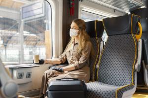 Mais quel est le risque de transmission et de contamination du COVID-19 lors de voyages en trains ? (Visuel AdobeStock_347441642)