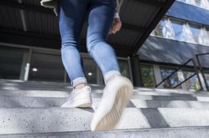 Même ces activités physiques simples, du quotidien, que l'on effectue sans même y penser, comme monter les escaliers par exemple, améliorent considérablement le bien-être (Markus Breig, KIT)