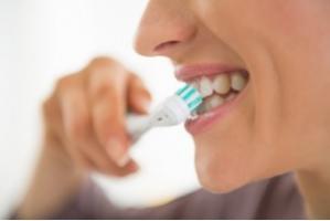 L'antibactérien triclosan est présent dans certains dentifrices car il protège contre la maladie des gencives.