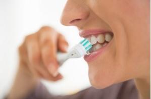 Parmi les causes de l'érosion dentaire, ressort une boisson en particulier, le thé aux fruits, concentré en acides alimentaires