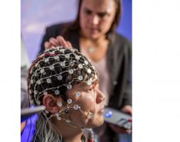Ce type spécifique de stimulation cérébrale électrique est appelé stimulation transcrânienne par courant alternatif (TACS pour transcranial alternating current stimulation)