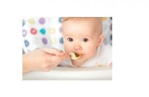 Les bébés nourris avec des aliments solides plus tôt dorment mieux