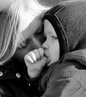 La façon dont les mères répondent physiologiquement et émotionnellement à la détresse de leurs enfants fait l'attachement