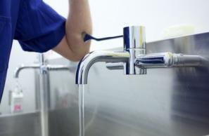 Un rappel de l'importance d'une hygiène des mains sans faille à chaque entrée et sortie de la chambre du patient