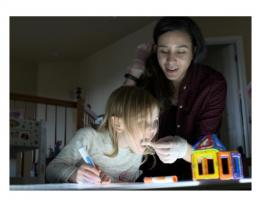 Le 6è jour, après avoir passé la journée dans un environnement de faible luminosité, les enfants ont invités à colorier ou jouer avec des carreaux magnétiques sur une table lumineuse durant une heure.