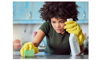 Les femmes qui font le ménage à la maison ou travaillent en contact avec des produits de nettoyage risquent une diminution de la fonction pulmonaire à long terme