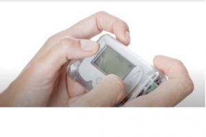 Le système d'administration d'insuline en boucle fermée par pancréas artificiel offre un meilleur contrôle de la glycémie et réduit le risque d'hypoglycémie