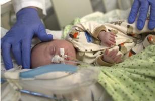 Une intervention précoce, par exemple, antibiotiques ou anti-inflammatoires pourrait être justifiée chez les nourrissons nés prématurés présentant des signes d'inflammation des membranes fœtales.