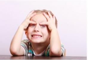 Les symptômes du TDAH peuvent devenir plus visibles à l'entrée à l'école.