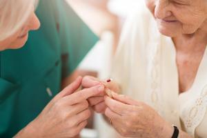 Aide au maintien de l'intégrité physique et mentale chez la personne âgée