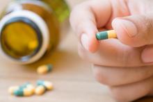 Un nombre croissant de preuves suggère que les opioïdes sont impliqués dans de nombreuses interactions médicamenteuses ignorées la plupart du temps en pratique clinique.
