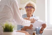 Les problèmes de communication entre les différents professionnels et les prestataires de santé peuvent fortement contribuer aux erreurs de gestion des traitements médicamenteux chez les personnes âgées.