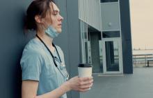 Beaucoup plus de soutien mental est nécessaire pour aider les infirmières en cette possible sortie de la crise sanitaire, et peut-être en amont d'une prochaine vague de rentrée ou d'une future pandémie (Visuel Adobe Stock 335506532)