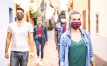 Le port du masque, la distanciation sociale et les tests de routine, 3 mesures qui combinées permettraient de prévenir 96% des infections possibles (Visuel Adobe Stock 357256537)