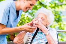 Chez les personnes âgées, il existe une association entre l'état d'hydratation et la consommation d'eau, et les performances aux tests cognitifs ;